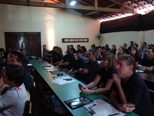 Convidados assistem palestra de Klever Kolberg