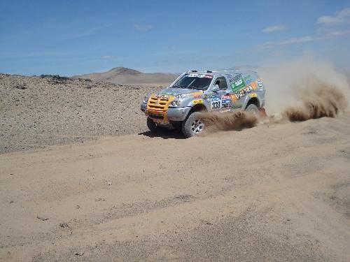 Trechos de areia hoje e amanhã representarão novo teste para o Mitsubishi Pajero. Foto: Vitor Sendra