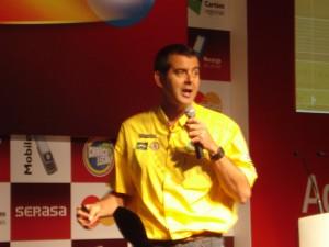 Piloto Klever Kolberg durante a palestra