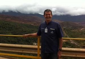 Klever Kolberg em frente a mina de Alegria da Samarco, em Germano - MG