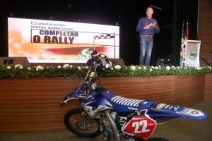 Palestrante Motivacional, Piloto e Engenheiro Klever Kolberg entrou com moto na Palestra para a Itaipu - Foto Nilton Rolin