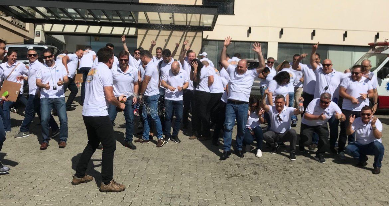 Equipes celebram a chegada no Team Building Rally Ype