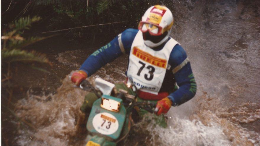 Piloto, Engenheiro e Palestrante Klever Kolberg em 1987 pilotando uma Yamaha DT 180 antes de ir ao Rally Paris-Dakar