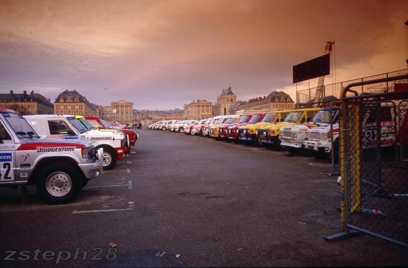 Veículos alinhados para a largada do Rally Paris-Dakar 1988 em frente ao Chateau de Versailles