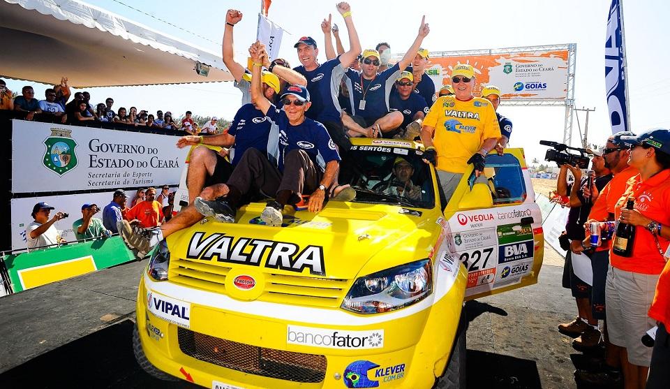 Participantes celebram o resultado do Team Building - Foto David Santos Jr.